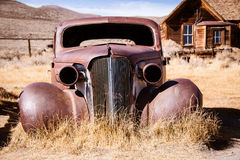 Старый покинутый автомобиль Стоковые Изображения