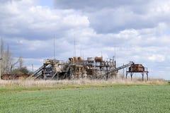 Старый покинутый бесплотный завод Заржаветое оборудование для выгонки эфирных масел покинутая фабрика старая Стоковые Изображения