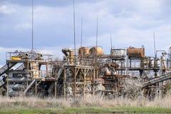 Старый покинутый бесплотный завод Заржаветое оборудование для выгонки эфирных масел покинутая фабрика старая Стоковое фото RF