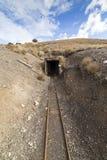 Старый покинутый вход золотодобывающего рудника стоковая фотография rf