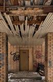 Старый покинутый дом кирпича в парке в зиме Стоковые Фотографии RF
