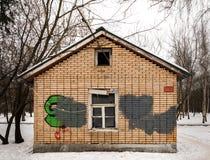 Старый покинутый дом кирпича в парке в зиме Стоковые Фото