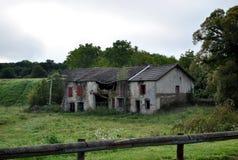 Старый покинутый дом среди полей стоковые фото
