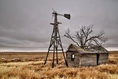 Старый покинутый дом в пустом поле Стоковое фото RF