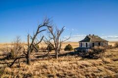 Старый покинутый дом в пустом поле Стоковое Изображение RF