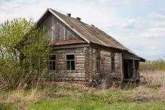 Старый покинутый дом в русской деревне Стоковые Фотографии RF