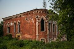 Старый покинутый особняк Postnikov в готическом стиле Sasovo, область Рязани, Россия Стоковые Фото