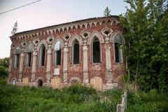 Старый покинутый особняк Postnikov в готическом стиле Sasovo, область Рязани, Россия Стоковое Изображение