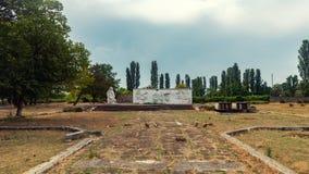 Старый покинутый памятник к героям Второй Мировой Войны Стоковая Фотография