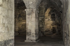 Старый покинутый подвал в замке Стоковые Фотографии RF