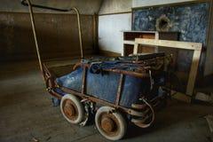 Старый покинутый пугающий малолитражный автомобиль в старом особняке Стоковые Фотографии RF