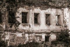 Старый покинутый пустой дом в лесе Стоковое Изображение RF