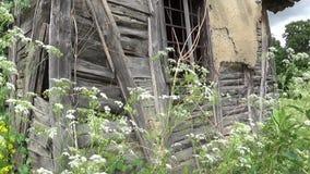 Старый получившийся отказ дом загубленная стена и окно акции видеоматериалы