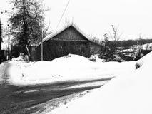 Старый получившийся отказ дом со сломленным окном на предпосылке снега в зиме стоковая фотография rf