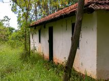 Старый получившийся отказ дом фермы на плантации эвкалипта в Бразилии стоковое фото