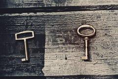 Старый потерянный ключ на floorboards стоковое фото