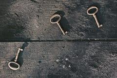 Старый потерянный ключ на floorboards стоковое изображение