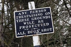 Старый предупредительный знак - отсутствие trespassing Стоковое фото RF