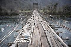 Старый приостанавливанный деревянный мост Стоковая Фотография RF