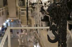Старый промышленный крытый кран Стоковые Фото