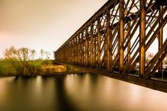 Старый промышленный мост утюга железной дороги железной дороги в ноче Стоковая Фотография RF