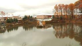 Старый пруд в парке города Ландшафт видеоматериал