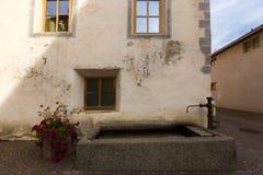 Старый прямоугольник хорошо с краном фонтана на коммуне назвал Glurns Gl стоковое фото