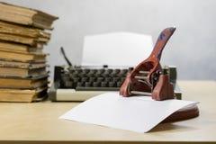 Старый пунш бумаги офиса на деревянном столе Аксессуары офиса дальше Стоковые Фото