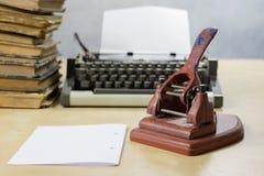 Старый пунш бумаги офиса на деревянном столе Аксессуары офиса дальше Стоковое Изображение RF