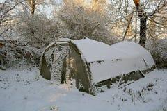 Старый пластичный парник в покинутой ферме и снеге Стоковые Фото