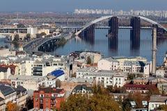 Старый разрушенный мост Красивый вид на Podol, Киеве Украина стоковое фото