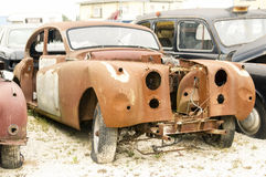Старый разрушенный ржавый великобританский автомобиль Стоковое Изображение