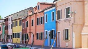 Старый район в Burano, красивых красочных домах в Венеции, архитектуре акции видеоматериалы