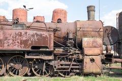 Старый ретро винтажный ржавый локомотив стоя на рельсах, на предпосылке голубого неба стоковое изображение