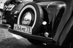 Старый ретро классический автомобиль, винтажное черно-белое, вид сзади стоковая фотография rf
