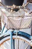 Старый ретро ржавый велосипед с корзиной провода на handlebars стоковые изображения rf