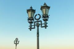 Старый ретро столб лампы и красивое голубое небо Стоковое Изображение RF