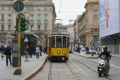 Старый ретро трамвай на улице города милан стоковые изображения