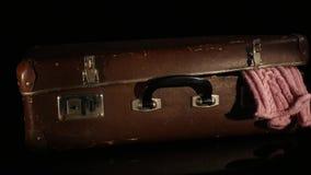 Старый, ретро чемодан вращает изолированный на белой предпосылке сток-видео