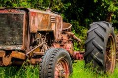 старый ржавея трактор Стоковые Фотографии RF