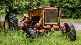 старый ржавея трактор Стоковое Изображение