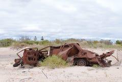 Старый ржавый автомобиль на песке Стоковое Изображение
