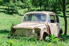 Старый ржавый автомобиль Стоковые Фотографии RF