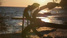 Старый ржавый анкер в заходе солнца стоковые фото