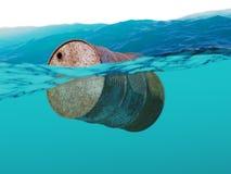 Старый ржавый бочонок плавая на волны Стоковое Фото