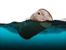 Старый ржавый бочонок плавая на волны Стоковое фото RF
