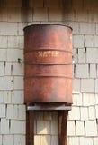 Старый ржавый бочонок для дождевой воды Стоковое фото RF