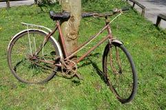 Старый ржавый велосипед стоковые фото