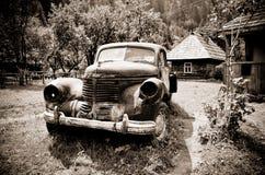 Старый ржавый винтажный автомобильный sepia Стоковые Фотографии RF