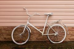 Старый ржавый винтажный велосипед около стены стоковая фотография rf